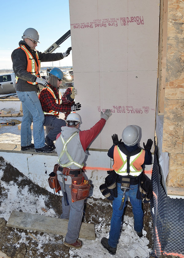 Members of 1 Combat Engineer Regiment prepare a garage wall for a project with Habitat for Humanity in Fort Saskatchewan, Alberta, on Jan. 20.  Photo: MCpl Brandon O'Connell