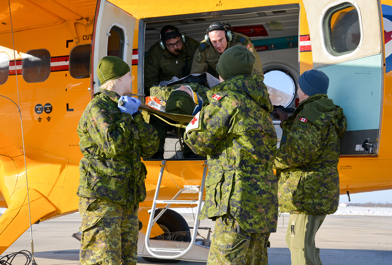 Members from Winnipeg's 17 Field Ambulance practice a casualty evacuation (CASEVAC) drill as part of Exercise ARCTIC BISON in Gimli, Manitoba on February 25, 2017. Photo: 2nd Lieutenant Stacie Nelles, 38 Canadian Brigade Group Public Affairs. ©2017 DND/MDN Canada.