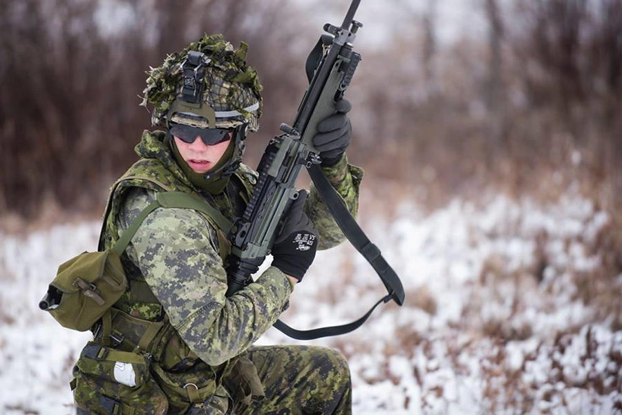 A member of 31 Canadian Brigade Group does a shoulder-check during the Canadian Army's fourth annual Canadian Patrol Concentration in November 2016 at Canadian Forces Base/Area Support Unit Wainwright. Photo: Master Corporal Malcolm Byers, 3rd Canadian Division Support Group. ©2016 DND/MDN.