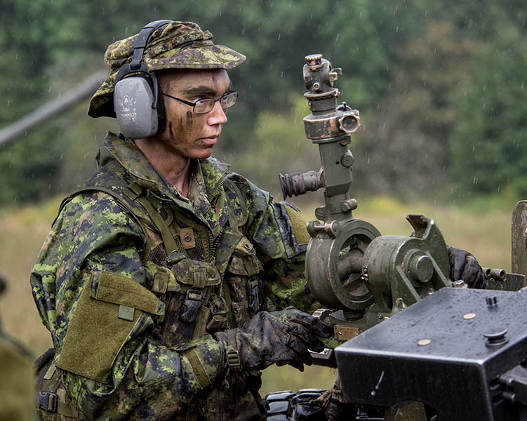 A Reservist sets up a C3 105 mm Howitzer during an Army Reserve basic artillery course at 4th Canadian Division Training Centre in Meaford, Ontario on August 23, 2017.  Photo: Master Corporal Precious Carandang, 4th Canadian Division Public Affairs. ©2017 DND/MDN Canada.